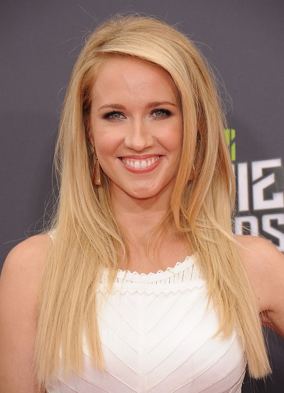 LOS ANGELES - APR 14:  Anna Camp arrives to the Mtv Movie Awards