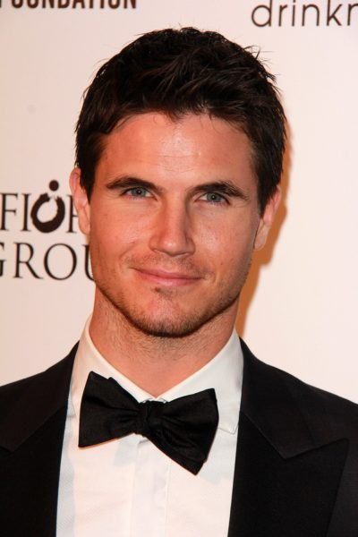 LOS ANGELES - FEB 22:  Robbie Amell at the Elton John Oscar Part